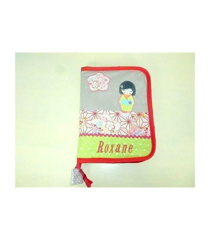 Protège-carnet de santé zippé personnalisé rose poudré et poupée kokeshi